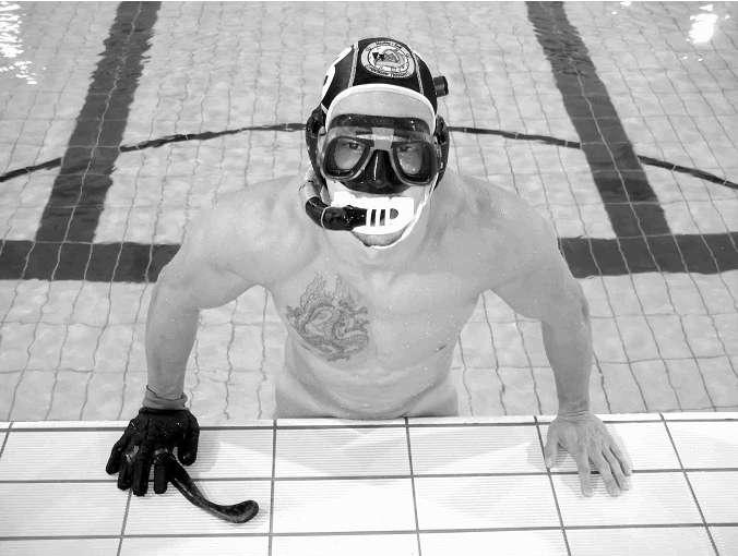 French Underwater Hockey Team Lose Their Speedos
